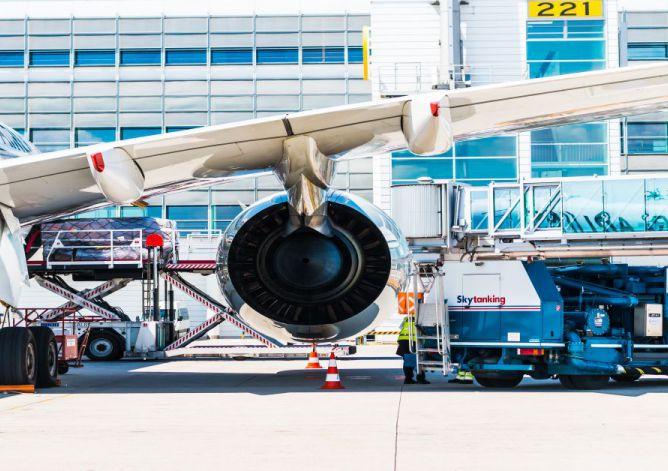 Airplane-at-airport-20200127140055_tn.jpg